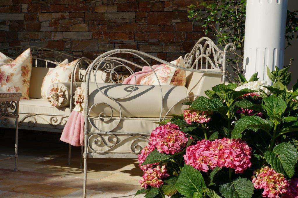 Gartenmöbel aus Schmiedeeisen in weiß – Kunstschmiede Hiebaum
