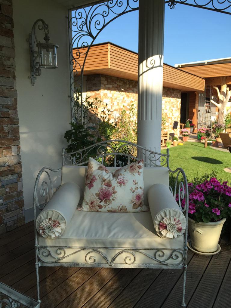 gartenm bel aus schmiedeeisen in wei kunstschmiede hiebaum. Black Bedroom Furniture Sets. Home Design Ideas